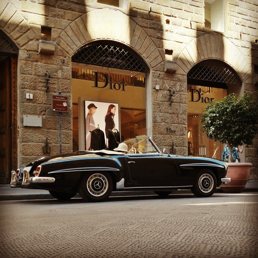 The story went exactly like this: the lady with the big round beige hat parked her black 190SL in style. She walked away with complete confidence and left the car behind -although on-street parking is strictly forbidden in downtown Florence!... Everybody rushed to take a photo or two -luckily, I was one of those! It seems that a rare vintage car can bypass the traffic rules of Florence... No offence, a rare 190SL can add drama to the beauty of a romantic city like Florence, therefore, we would definitely forgive that pretty lady and thank her for spicing up our daily life!
